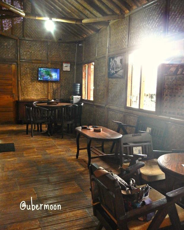 Ruang tamu dan ruang keluarga Saung Rampak..