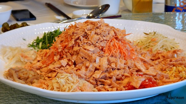 See the shrimp crackers on top of this Yee Sang? Oh it's so yummy!