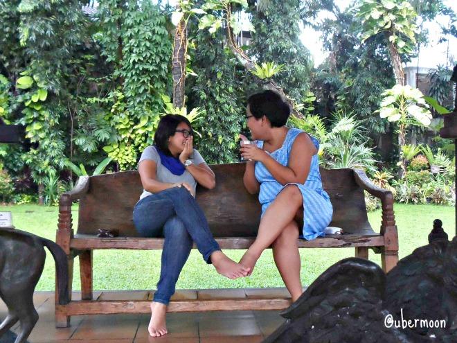 girls-gossipping