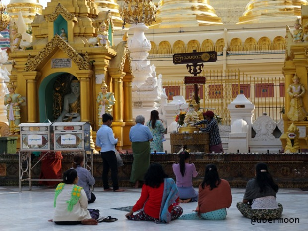 pray-at-shwedagon-pagoda-yangon
