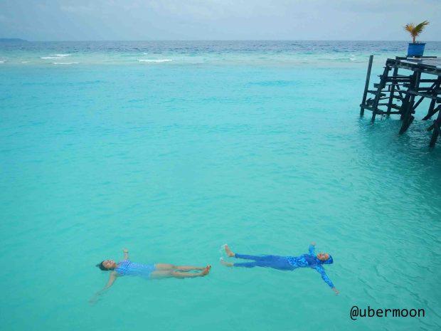 berenang-di-maratua-paradise-resort