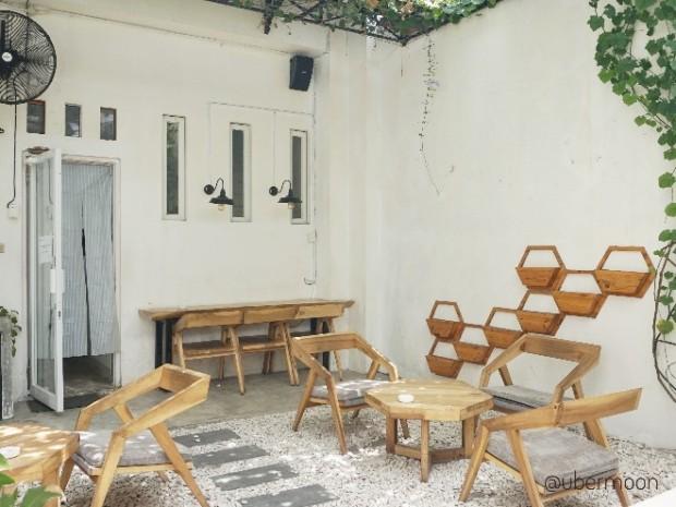 outdoor-area-hayati-coffee-jogja